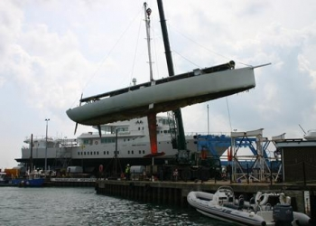 Racing_Yacht_Oz_lifted_at_
